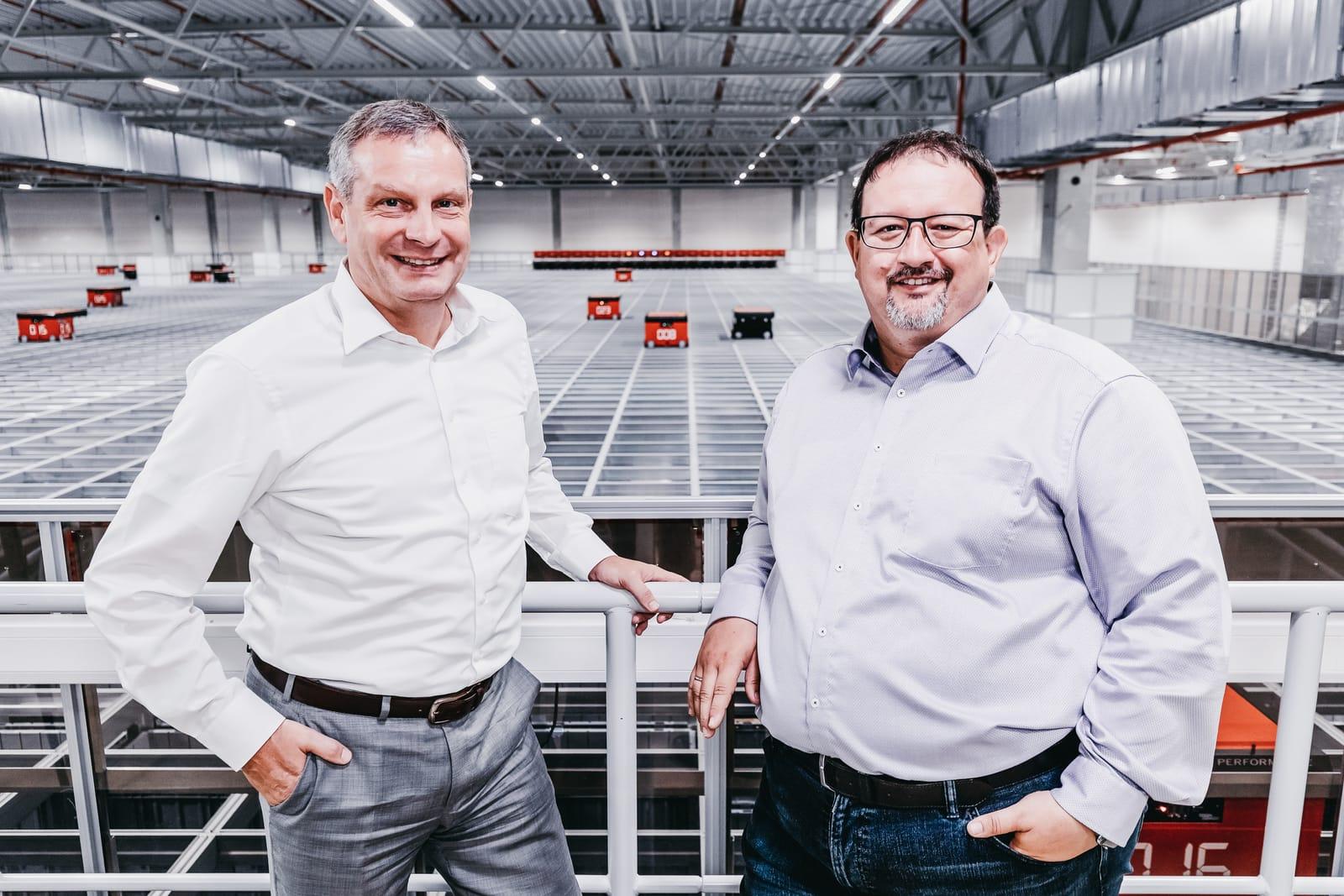 Thomas Rolle (TTI) i Michael Kawalier (Element Logic) przy AutoStore w magazynie TTI.