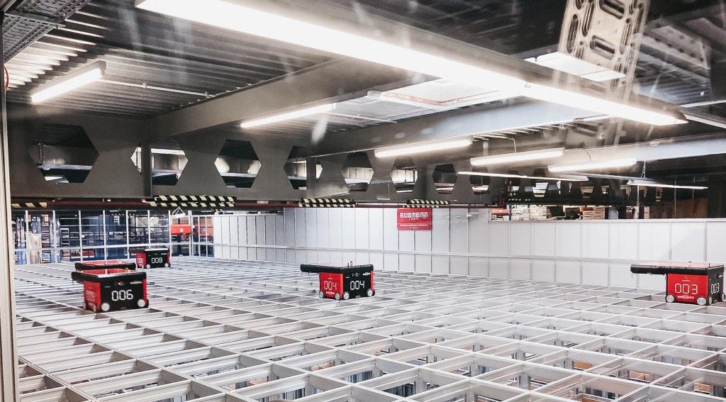 Zdjęcie magazynu firmy Peterhans z robotami AutoStore