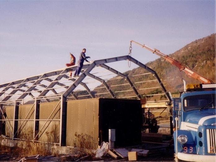 Budowa pierwszego magazynu GS Bildeler w 1994 roku; magazyn budowany był przez dwóch mężczyzn.