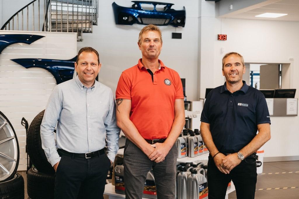Założyciele, Jonny Skrivahaug i Trond Gule, uśmiechają się do zdjęcia wraz z obecnym dyrektorem zarządzającym, Svenem Skogheimem.