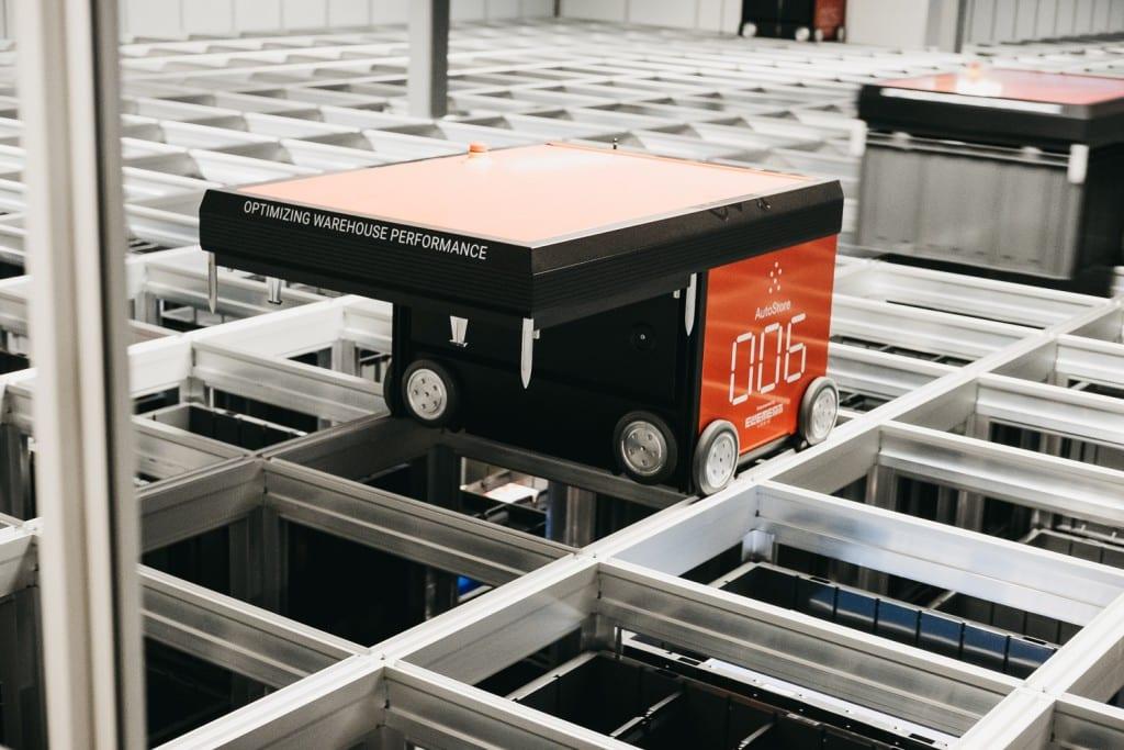 Robot AutoStore w magazynie w Oslo, w zbliżeniu.