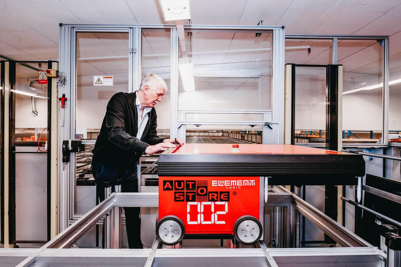 Jan Kleven pracuje na jednym z robotów AutoStore.
