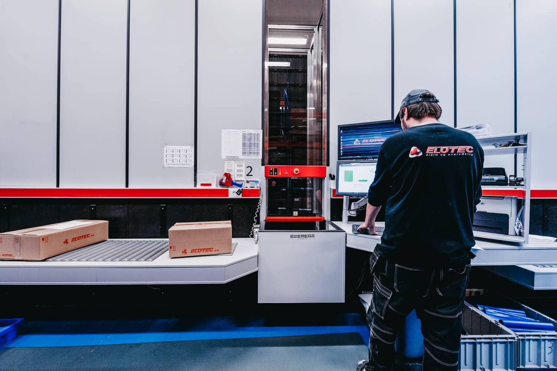 Pracownik obsługuje zamówienia z AutoStore.