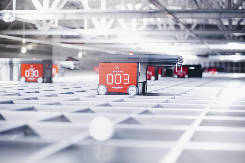 Ramię robota w porcie karuzelowym AutoStore.