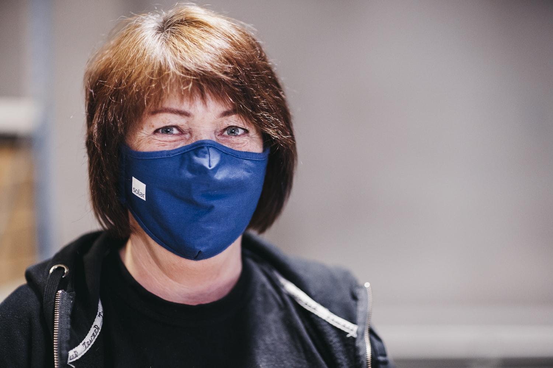 Pracownik magazynu Solar z maską na twarzy